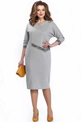 Серое платье чуть ниже колена с цельнокроенным рукавом в полоску