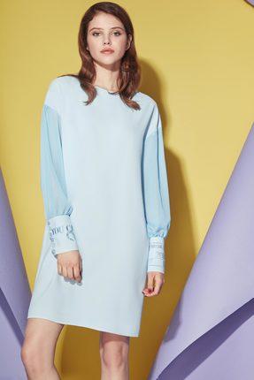 Голубое платье с круглым вырезом